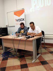 Dos señores atractivos que dicen ser filósofos grabando un podcast en directo en Jpod 16